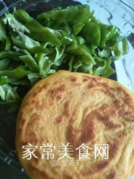 青椒炒玉米饼的做法步骤:1