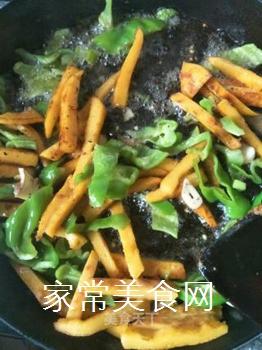 青椒炒玉米饼的做法步骤:5