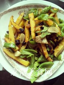 青椒炒玉米饼的做法步骤:6