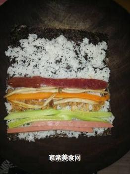 海鲜腊肠寿司的做法步骤:4