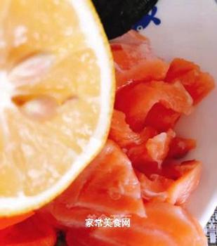 三文鱼海苔卷的做法步骤:3