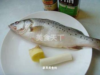 清蒸鲈鱼的做法步骤:1