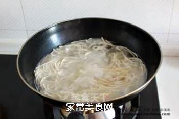 炎炎夏日吃什么?四川传统小吃【鸡丝凉面】的做法步骤:4