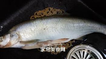 红烧鱼的做法步骤:1