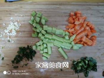 黄瓜木耳拌胡萝卜的做法步骤:3