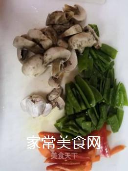 蘑菇炒荷兰豆的家常做法