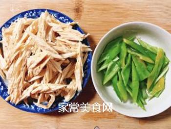 青椒炒腐竹的做法步骤:1