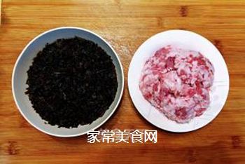 梅菜干肉丸的做法步骤:1