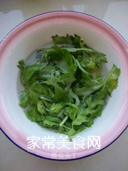 芹菜叶鸡蛋饼的做法