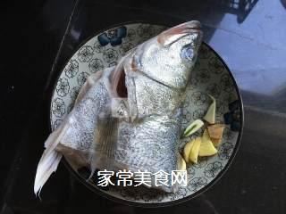 红烧鲈鱼头的做法步骤:1