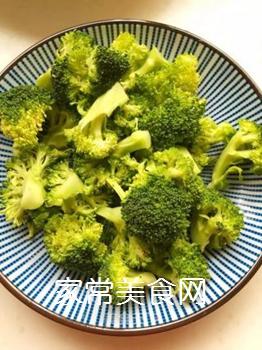 【山东】蒜蓉西兰花拌木耳的做法步骤:1