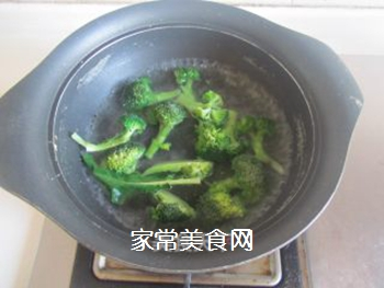豆腐口蘑西兰花烩鱼丸的做法步骤:4