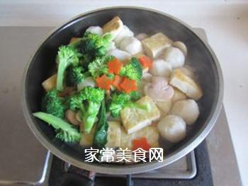 豆腐口蘑西兰花烩鱼丸的做法步骤:9