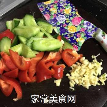青瓜彩椒炒肉丝的做法步骤:2