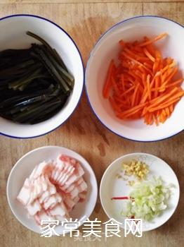 五花肉胡萝卜炒海带的做法步骤:2