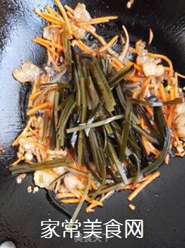 五花肉胡萝卜炒海带的做法步骤:8