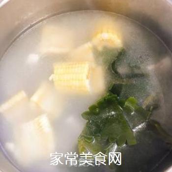 月牙骨玉米海带汤的做法步骤:5
