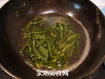 黄豆酱炒海带白菜丝的做法步骤:1