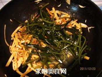 黄豆酱炒海带白菜丝的做法步骤:7