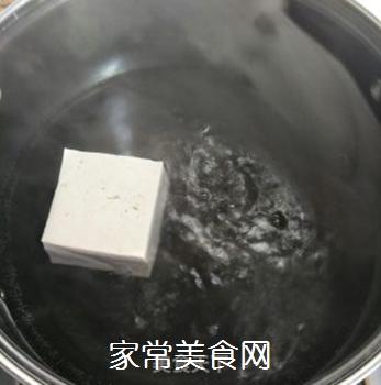 香椿苗拌豆腐的做法步骤:2