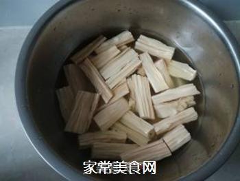 芹菜木耳炒腐竹的做法步骤:2