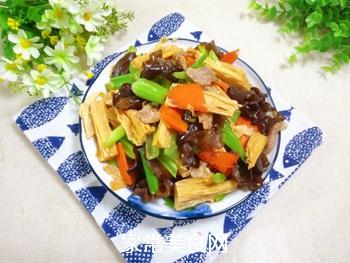 芹菜木耳炒腐竹的做法