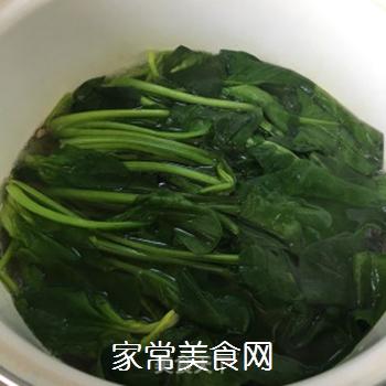 蒜蓉菠菜的做法步骤:1