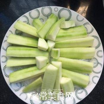 剁椒蒜蓉蒸丝瓜的做法步骤:2