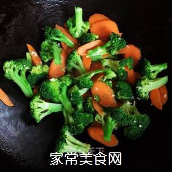 西兰花炒胡萝卜的做法步骤:8
