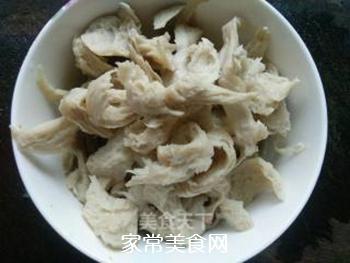 红椒炒面筋的做法步骤:1