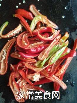 红椒炒面筋的做法步骤:2