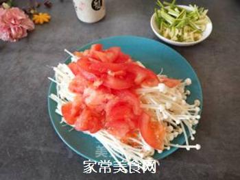 金针菇炒西红柿的做法步骤:2