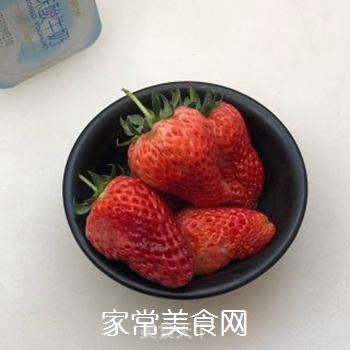 草莓酸奶的做法步骤:1