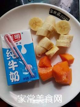 香蕉木瓜牛奶饮的做法步骤:1