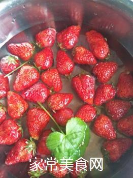 草莓奶昔的做法步骤:1