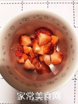 草莓牛奶的做法步骤:1