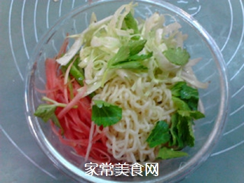 #花样美食#时蔬拌方便面的做法步骤:5