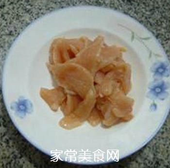 香干圣女果炒鸡胸肉的做法步骤:1
