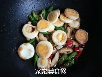 香菇辣椒炒鸡蛋的做法步骤:11