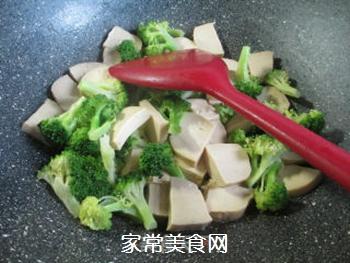 西兰花炒小素鸡的做法步骤:4