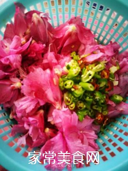 清炒木槿花的做法步骤:3