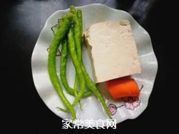 尖椒烧豆腐的做法步骤:1