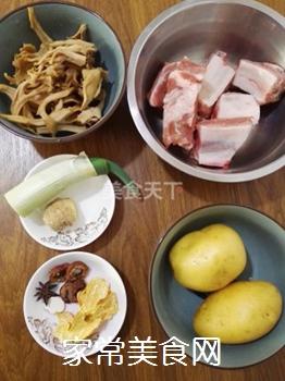 土豆蘑菇炖排骨#御寒美食#的做法步骤:1
