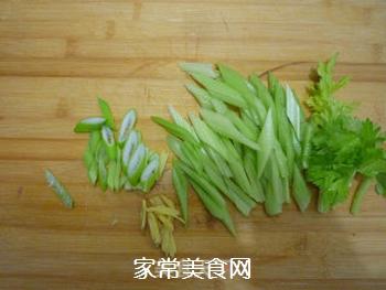 芹菜炒肉片的做法步骤:2