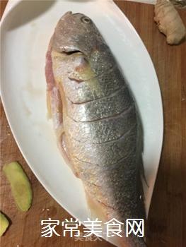 红烧黄花鱼的做法步骤:1