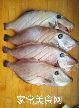 鱼汤炖豆腐的做法步骤:1