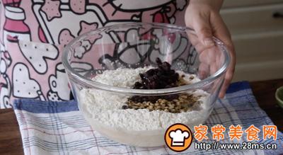 红豆薏米面包的做法图解3
