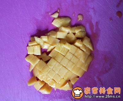 #花10分钟,做一道菜!#芒果牛奶布丁的做法图解1
