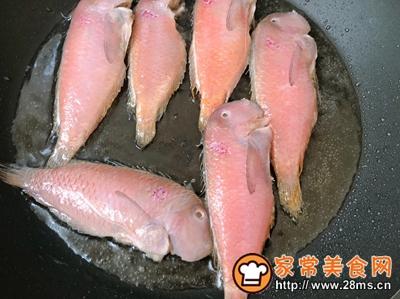 #花10分钟,做一道菜!#香煎鹦哥鱼的做法图解2