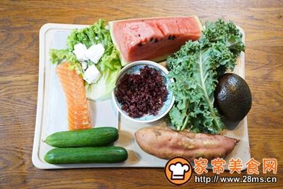 煎三文鱼牛油果沙拉配小黄瓜果蔬汁的做法图解1